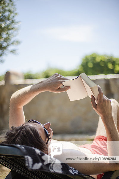 Italien  Toskana  Mann Sonnenbad und Lesebuch