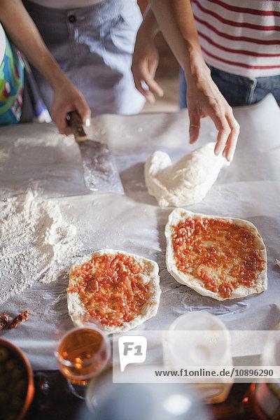 Italien  Toskana  Zwei Frauen bei der Zubereitung von Pizzen