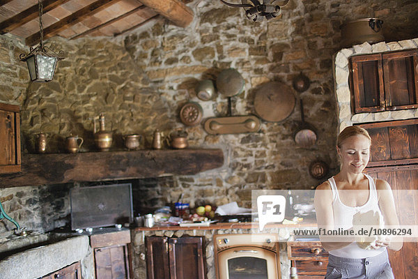 Italien  Toskana  Frau beim Zubereiten von Pizzateig