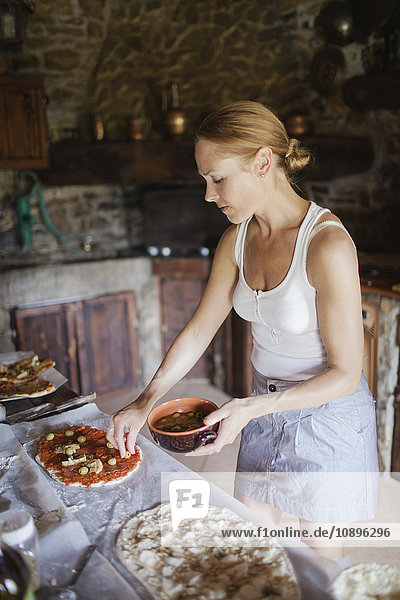 Italien  Toskana  Frau bereitet hausgemachte Pizzen zu