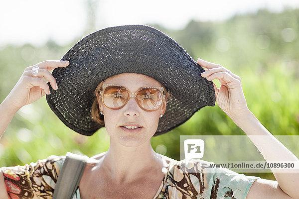Italien  Toskana  Portrait einer reifen Frau mit schwarzem Hut