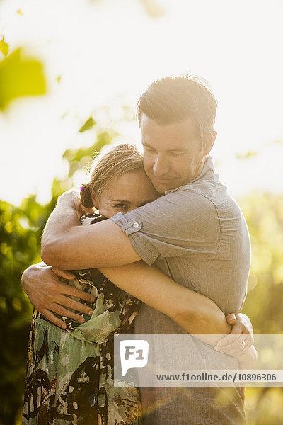 Italien  Toskana  Portrait eines reifen Paares  das sich umarmt