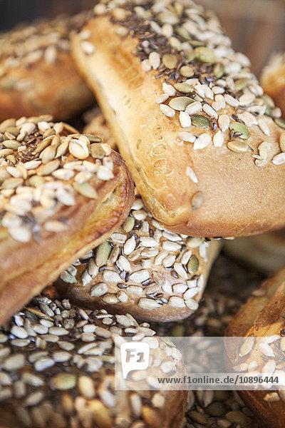 Schweden  Nahaufnahme von Brötchen mit Samen