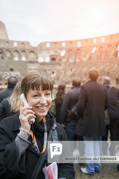 Italien  Rom  Frau hört Audioguide im Kolosseum