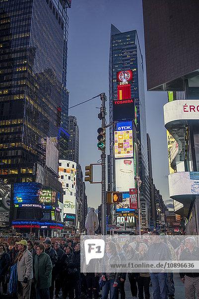 USA  New York  Manhattan  Times Square  Menschen auf dem Stadtplatz