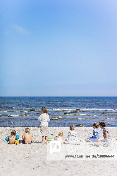 Schweden  Oland  Zwei Frauen mit Kindern am Strand