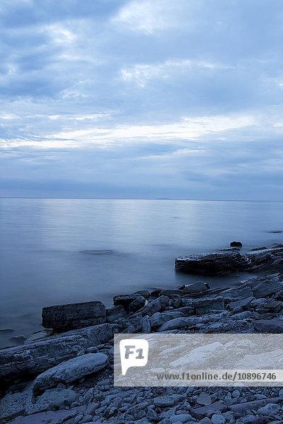 Schweden  Oland  Sandvik  Ruhige Meereslandschaft in der Abenddämmerung