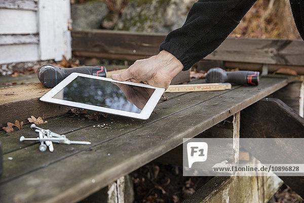 Schweden  Uppland  Rindo  Nahaufnahme eines Mannes mit digitalem Tablett