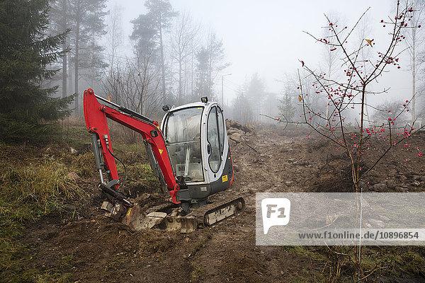 Schweden  Uppland  Nacka  Bulldozer im Wald