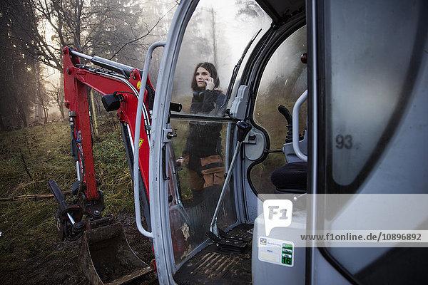 Schweden  Uppland  Nacka  Junge Arbeiterin  die am Telefon steht und sich mit ihr unterhält.