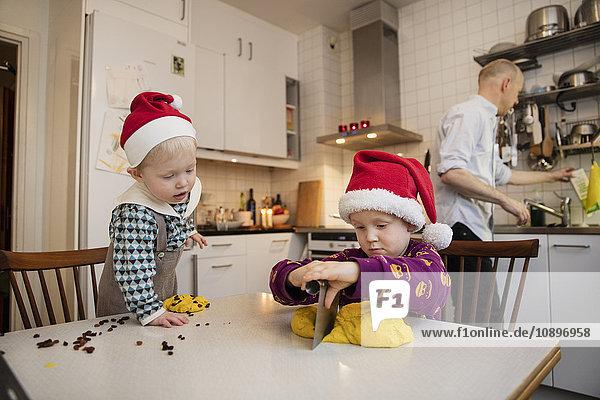 Schweden  Zwei Jungen (18-23 Monate  4-5) backen Safranbrötchen