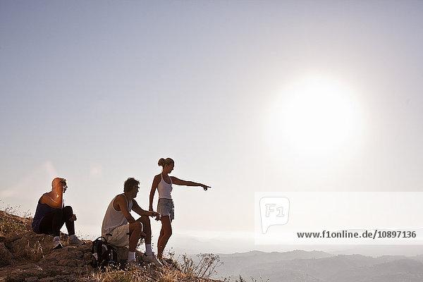 Spanien  Alicante  Cocentaina  Touristen in den Bergen mit Blick auf die Berge