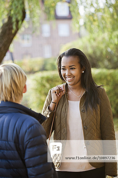 Schweden  Sodermanland  Strangnas  Jugendfreunde (16-17 Jahre) im Park