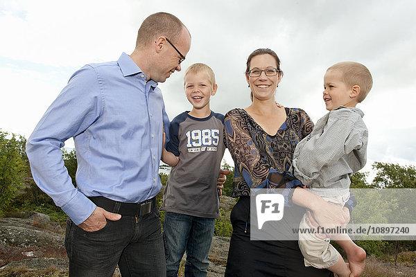 Schweden  Vastra Gotaland  Torslanda  Porträt einer Familie mit zwei Kindern (4-5)