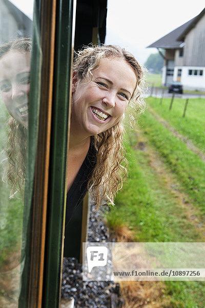 Österreich  Frau schaut durchs Zugfenster