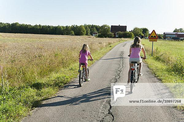 Schweden  Vastra Gotaland  Kallandso  Zwei Mädchen (6-7  12-13) Radfahren