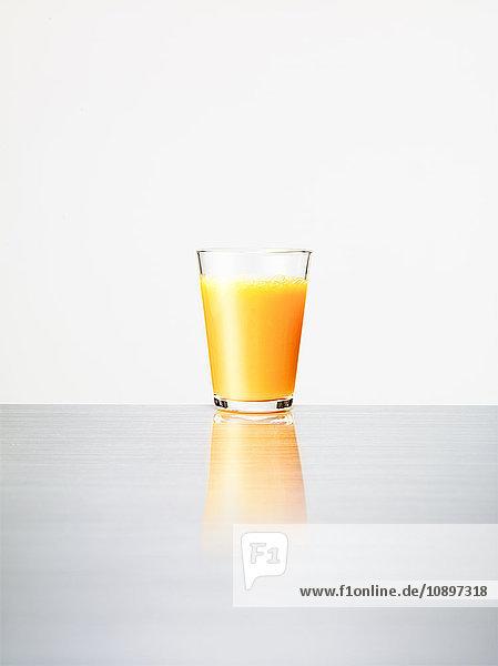 Studioaufnahme von Orangensaft