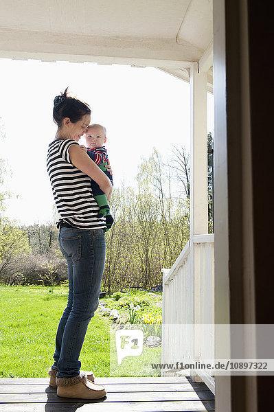 Schweden  Ostergotland  Vikbolandet  Frau mit Jungen (6-11 Monate)