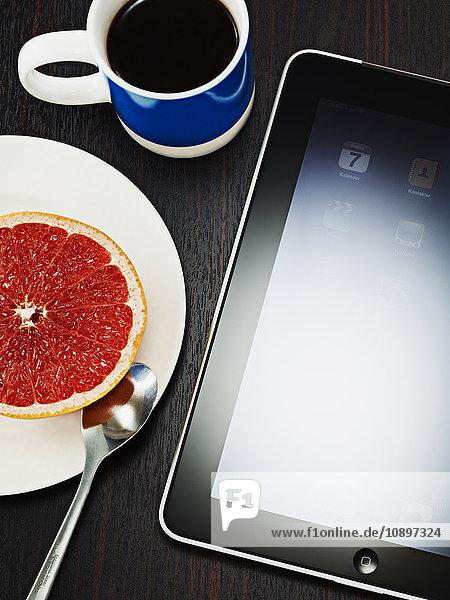 Digitales Tablett  Kaffeetasse und Grapefruit