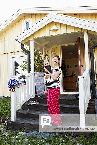 Schweden,  Ostergotland,  Vikbolandet,  Frau mit Jungen (6-11 Monate)