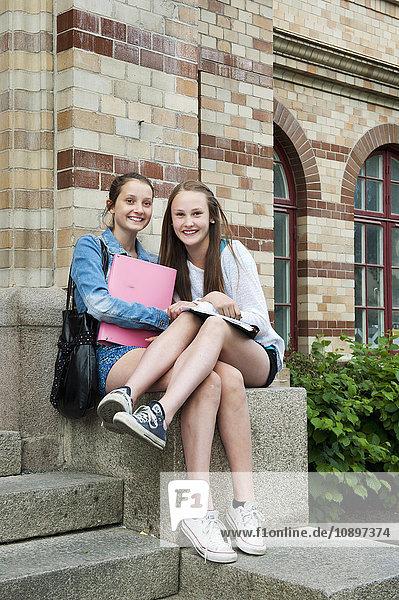 Schweden  Vastra Gotaland  Göteborg  Zwei Mädchen (14-15) sitzend auf Stufen
