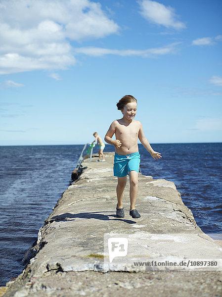 Schweden  Oland  Jungen (6-7) zu Fuß auf dem Pier