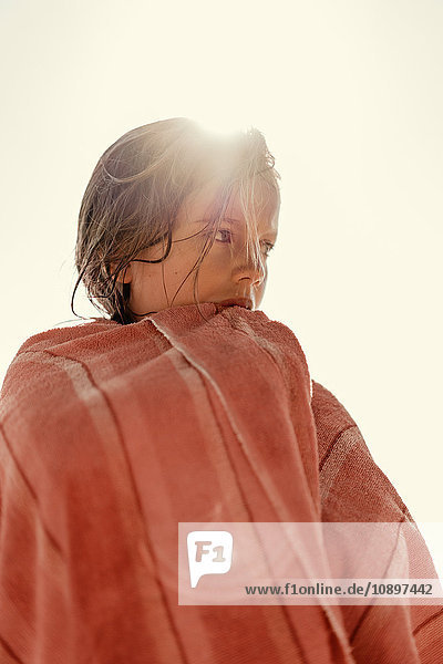 Schweden  Smaland  Tjust Archipel  Vastervik  Hasselo  Girl (8-9) in Handtuch gewickelt gegen Himmel