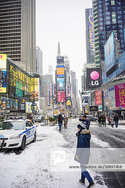 USA  New York  Manhattan  Times Square  Boy (12-13) am Stadtplatz