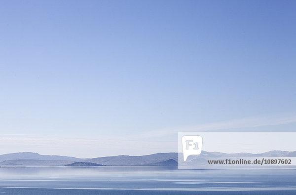 Island  Berge mit blauem Himmel
