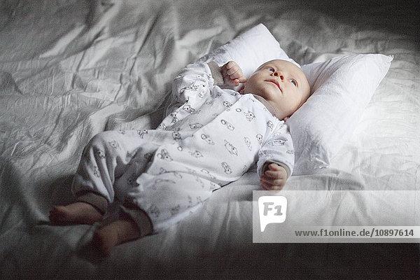 Junge (12-17 Monate) im Bett