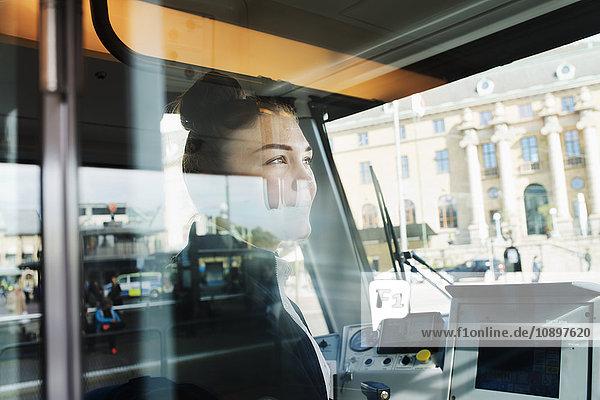 Schweden  Vastra Gotaland  Straßenbahnfahrerin durchs Fenster gesehen