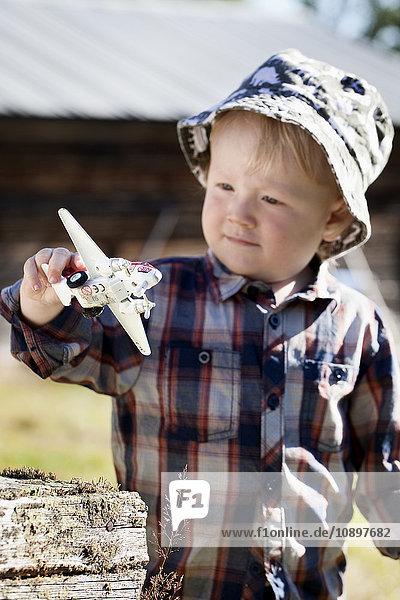 Schweden  Harjedalen  Ytterberg  Boy (2-3) spielen mit Spielzeugflugzeug