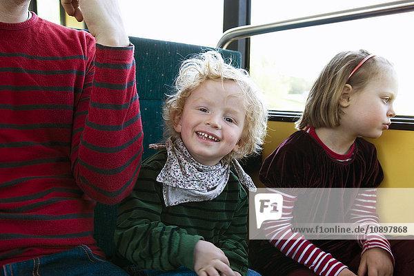 Porträt des lachenden Jungen (4-5) im Bus