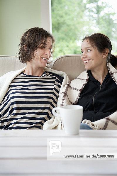 Zwei Frauen beim Kaffee im Wohnzimmer