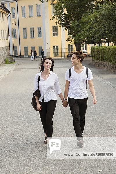 Schweden  Stockholm  Sodermalm  Nytorget  Junges Paar zu Fuß