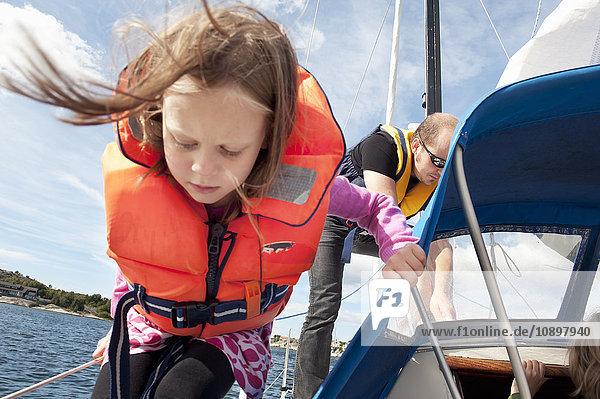 Schweden  Bohuslan  Mädchen (8-9) segeln mit ihrem Vater
