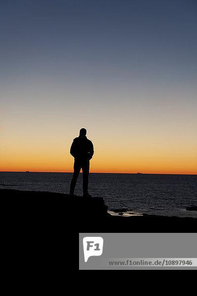 Schweden  Bohuslan  Silhouette des Mannes am Strand bei Dämmerung