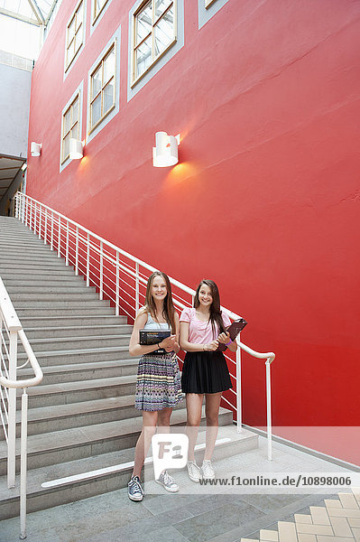 Schweden  Vastra Gotaland  Göteborg  Portrait von jungen Mädchen (14-15) außerhalb der Schule