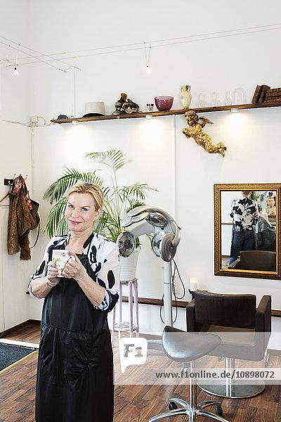 Schweden  Porträt eines Friseurs