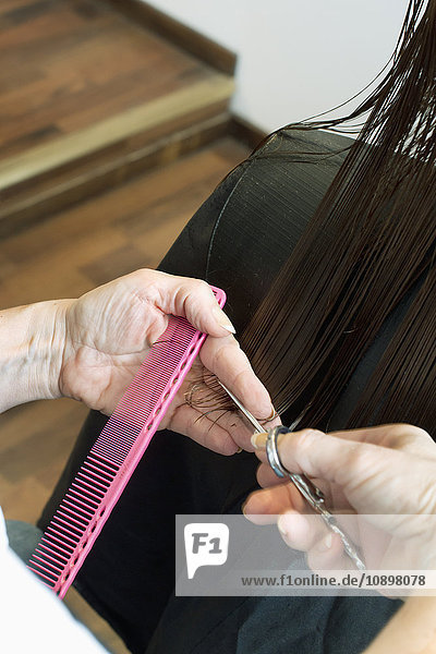 Schweden  Friseurhände beim Haare schneiden
