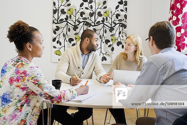 Schweden  Leute  die im Büro reden