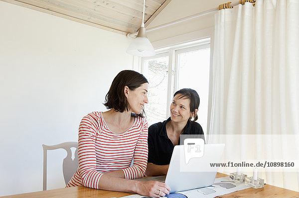 Schweden  Frauen  die sich beim Surfen im Netz anschauen