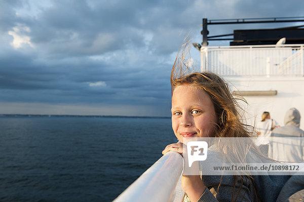 Schweden  Portrait des Mädchens (10-11) auf der Fähre