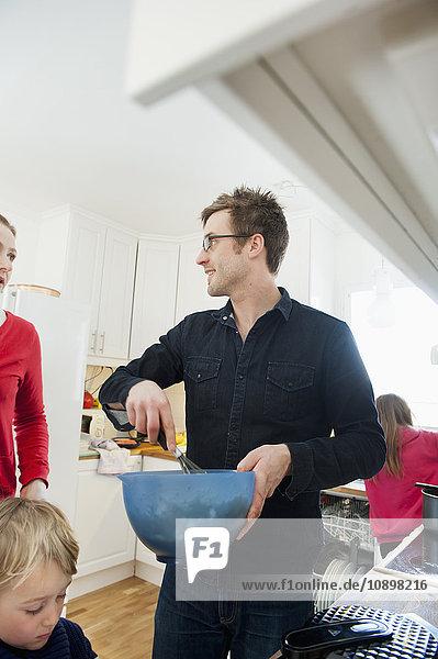 Schweden  Kinder (4-5  10-11) mit Eltern in der Küche