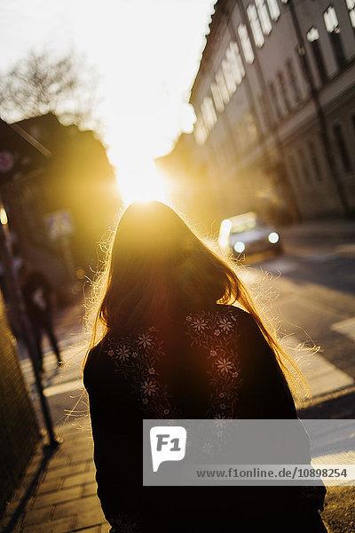 Schweden  Stockholm  Sodermalm  Rückansicht der gehenden Frau Schweden, Stockholm, Sodermalm, Rückansicht der gehenden Frau