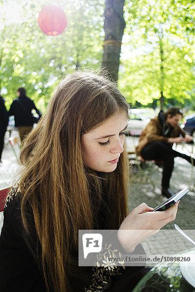 Deutschland  Berlin  Frau mit Handy im Park Deutschland, Berlin, Frau mit Handy im Park