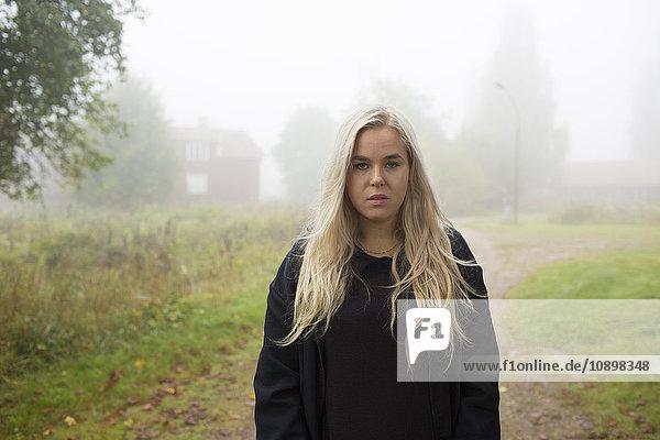 Schweden  Narke  Bjornhammaren  Portrait einer blonden Frau im Nebel