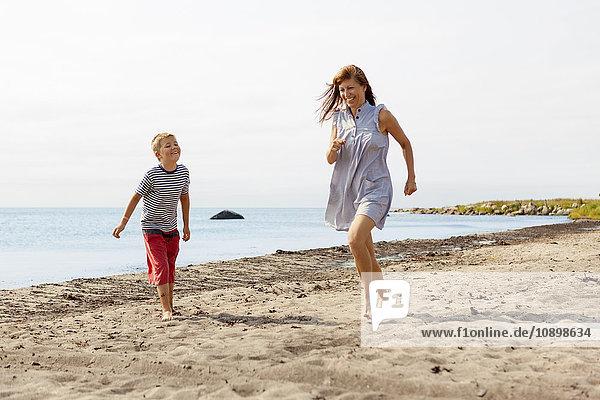 Schweden  Oland  Gronhogen  Mutter und Sohn (10-11) am Strand