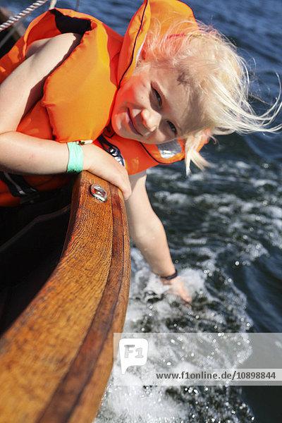 Schweden  Uppland  Runmaro  Barrskar  Girl (6-7) im Segelboot