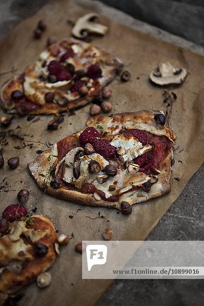 Pizza auf dem Schneidebrett